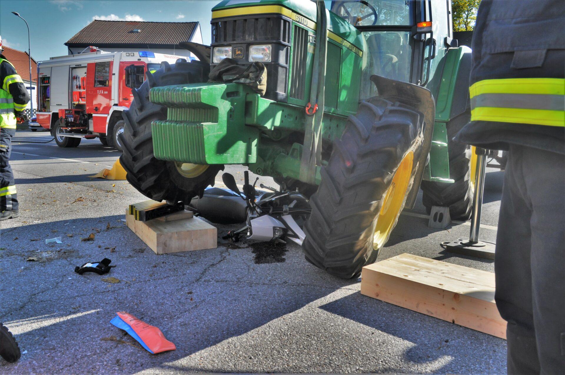 Moped unter Traktor eingeklemmt